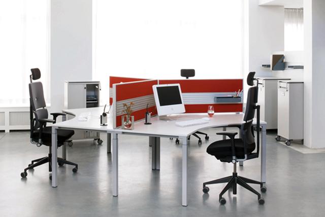 Arbeitsplatz Büromöbel Gruppentisch mit Trennwänden