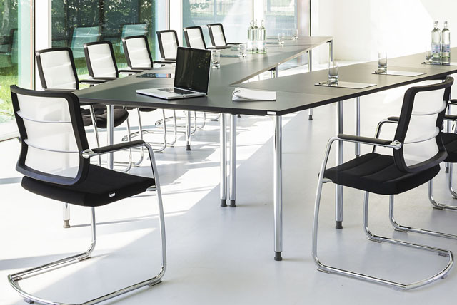 Tische und Stühle für Konferenzräume