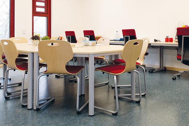 Schulmöbel Stühle und Tische