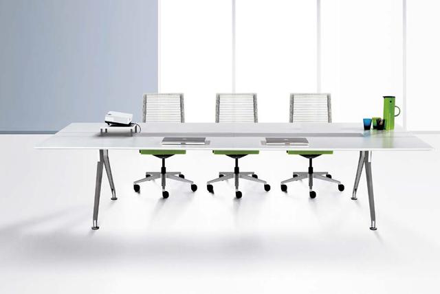 Steelcase Stühle und Tische für Konferenzräume