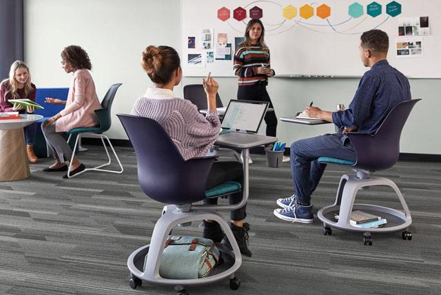 Schüler und Klassenzimmer Tische und Stühle