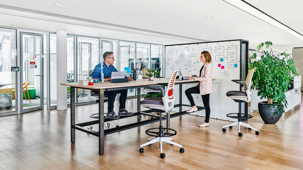 Büro Arbeitsplatz Corona Schutzscheibe